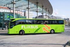 Intercity λεωφορείο Flixbus στην κεντρική στάση λεωφορείου του Αμβούργο στοκ φωτογραφίες με δικαίωμα ελεύθερης χρήσης