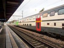 Intercity τραίνο σε έναν τοπικό σταθμό στην Ελβετία στοκ εικόνες με δικαίωμα ελεύθερης χρήσης