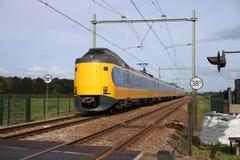 Intercity τραίνο στη διαδρομή σιδηροδρόμου μεταξύ του γκούντα και του Ρότερνταμ σε Moordrecht στοκ φωτογραφίες