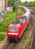 Intercity τραίνο στο σταθμό του Αμβούργο Hauptbahnhof στοκ εικόνες