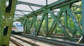 Intercity τραίνο υψηλής ταχύτητας στο τρίποδο στοκ εικόνα