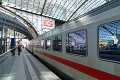 Intercity τραίνο DB στην πλατφόρμα του κεντρικού σταθμού τρένου του Βερολίνου στοκ φωτογραφία με δικαίωμα ελεύθερης χρήσης