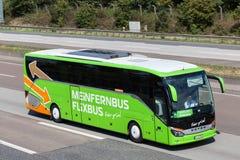 Intercity autobusowy Flixbus na autostradzie Obraz Stock