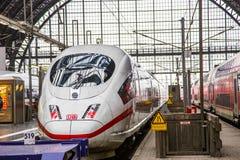 Intercity- Eil-( ICE) Zug des Deutsche Bahns ( DB) am F Lizenzfreie Stockfotos
