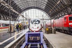 Intercity- Eil-( ICE) Zug des Deutsche Bahns ( DB) am F Lizenzfreie Stockfotografie