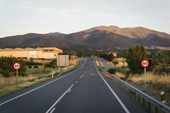 Intercity väg på skymning, Segovia, Castilla y Leon, Spanien arkivbild