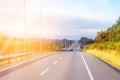 Intercitylandstraße mit glänzender Sonne Lizenzfreies Stockbild