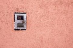Intercom op rode muur Stock Fotografie