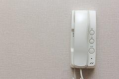 Intercomunicador branco em uma parede Fotos de Stock Royalty Free