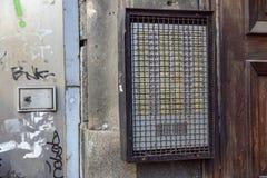 Intercomunicador com grade da proteção em um condomínio a defender contra o vandalismo Foto de Stock
