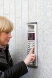 Intercomunicador video e mulher loura nova Fotografia de Stock