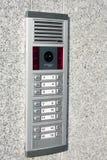Intercomunicador video en la entrada de una casa fotos de archivo