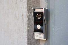 Intercomunicador video en la entrada de una casa Fotografía de archivo libre de regalías