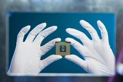 interconnected framtida information om det centrala begreppet microchipen som behandlar processorn som mottar överföra teknologie arkivfoton