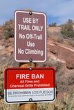 Interdiction du feu et signe d'utilisation de traînée Photographie stock