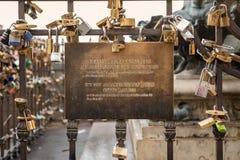 Interdiction municipale signalée sur une balustrade complètement des cadenas Photographie stock libre de droits