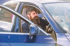 Interdictions de tabagisme dans des véhicules privés Cigarette de tabagisme de conducteur Minute à détendre Homme d'affaires fati image stock