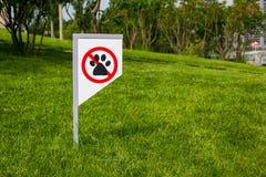 Interdisant le signe vous ne pouvez pas marcher avec un chien sur la pelouse verte Marche d'aucun animal images stock