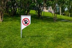Interdisant le signe vous ne pouvez pas marcher avec un chien sur la pelouse verte Marche d'aucun animal photographie stock