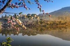 Interdisez le village thaïlandais de Rak, un règlement chinois Image stock