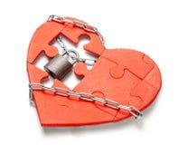 On interdit l'amour Coeur rouge enveloppé avec à chaînes et verrouillé sur le fond blanc photo libre de droits