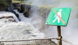 Interdit pour marcher ici - l'Islande - cascade féroce dedans de retour Image stock