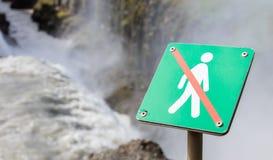 Interdit pour marcher ici - l'Islande - cascade féroce dedans de retour Image libre de droits
