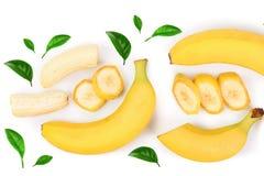 Intere e banane affettate isolate su fondo bianco con lo spazio della copia per il vostro testo Vista superiore Disposizione pian Immagini Stock Libere da Diritti