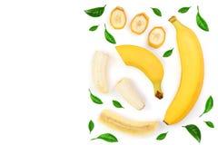 Intere e banane affettate isolate su fondo bianco con lo spazio della copia per il vostro testo Vista superiore Disposizione pian Immagine Stock Libera da Diritti