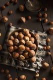Intere nocciole organiche crude Fotografie Stock Libere da Diritti