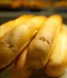 Intere pagnotte di pane francese in un forno Fotografia Stock
