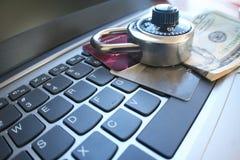 Interenet säkerhet med det svarta kombinationslåset på kreditkortar & högkvalitativa pengar Royaltyfria Foton