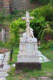 Interessant monument met beeldhouwwerk van twee Stock Foto's