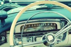 Interessant mooi ontwerp van retro auto met origineel wieldr. stock afbeeldingen