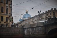 Interessante Ansicht der Kathedrale vom Kanal in St Petersburg, Russland Stockfotografie