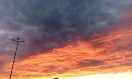 Interessante Ansicht des summerSonnenunterganghimmels lizenzfreie stockfotos