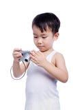 Interessante digitale kompakte Fotokamera des kleinen Jungen Stockfotos
