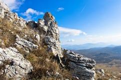 Interessante Felsen auf einer Weise zur Spitze eines Berges Rtanj Stockfoto