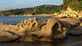 Interessante Felsenform in Küsten von Spanien, Costa Brava, nahe der Kleinstadt Palamos stock video footage