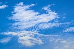Interessante Form der Wolke im Zusammenfassungshintergrund des blauen Himmels Lizenzfreie Stockfotografie