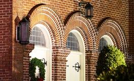 Interessante kerkdeuren bij nacht royalty-vrije stock afbeelding
