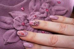 Interessante manicure in toon van kleren Stock Afbeeldingen