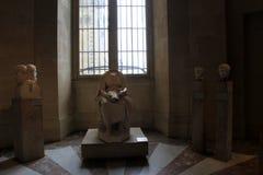 Interessante Skulpturen stellten auf die Sockel ein, gesehen in einer vieler Ausstellungen, das Louvre, Paris, Frankreich, 2016 Stockfoto