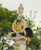 Interessante Statue von Adler, Symbol und goldene Kränze Lizenzfreie Stockfotografie