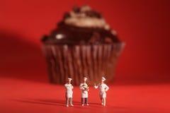 Interessante Vertolking van Miniatuurchef-koks met Cupcake Stock Foto's