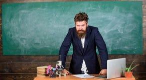 Interessanter Gesprächspartner des Lehrers als Berechtigung Bärtiger Mann des Lehrers erzählen Gruselgeschichte Charismatischer H stockfoto