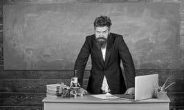 Interessanter Gesprächspartner des Lehrers als Berechtigung Bärtiger Mann des Lehrers erzählen Gruselgeschichte Unterhaltung mit  stockfoto