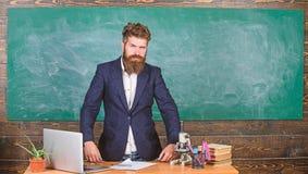 Interessanter Gesprächspartner des Lehrers als Berechtigung Charismatischer Hippie-Stand des Lehrers nahe Tabellenklassenzimmerta stockbilder