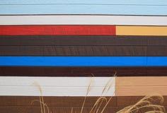 Interessanter hölzerner Abstellgleishintergrund des Gebäudes, gemalt in einigen Farben Lizenzfreies Stockfoto