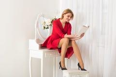 Interessanter Roman interessanter Roman im Buch Frau, die interessanten Roman liest Buch mit interessantem Roman in den Händen vo lizenzfreie stockfotografie